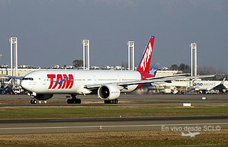 TAM B777-300ER taxi out SCL (RD)