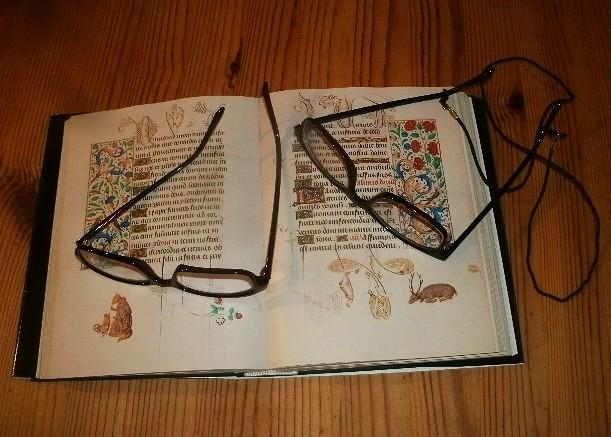 Stundenbuch mit Brillen
