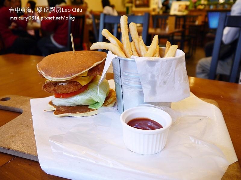15369956160 31de287de7 b - 熱血採訪。台中龍井東海夜市【樂丘廚房】好評二訪,漢堡鬆餅義大利麵好吃!