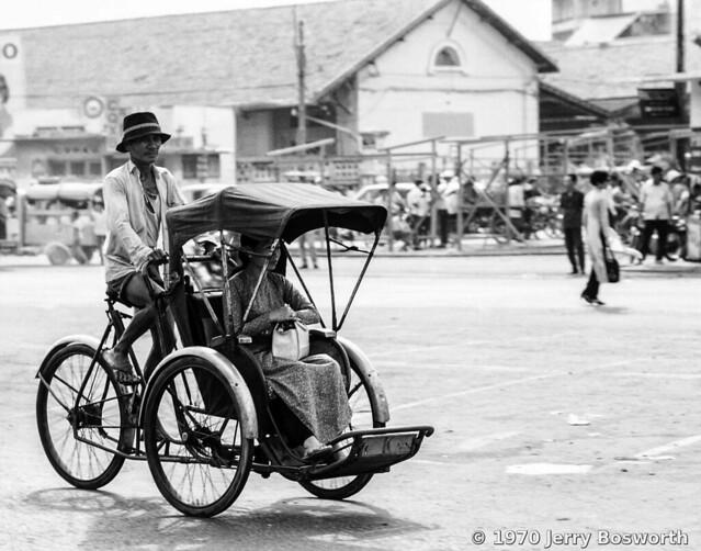 The Streets of Saigon 1970 - Đường Trần Hưng Đạo, ga xe lửa Saigon - Photo by Jerry Bosworth