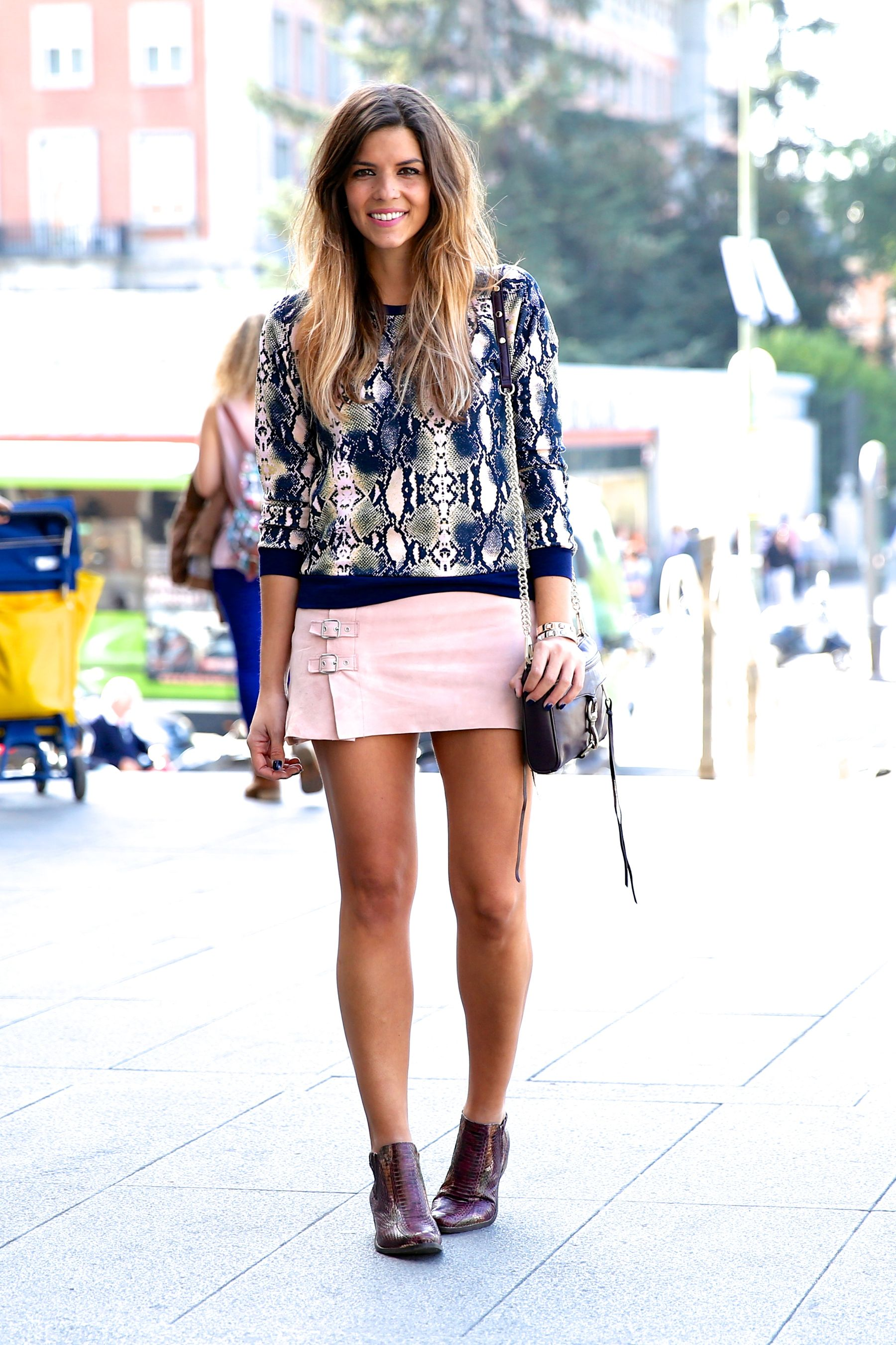trendy_taste-look-outfit-street_style-ootd-blog-blogger-fashion_spain-moda_españa-girissima.com-sweatshirt-sudadera-estampado-crocodile-cocodrilo-botines-booties-pink_skirt-falda_rosa-12