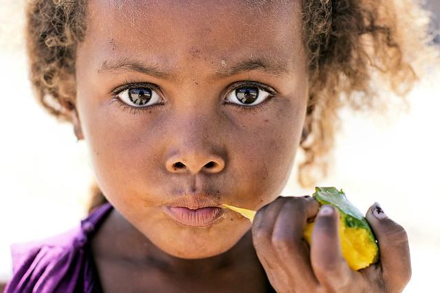 Jeune fille Vezo à la mangue