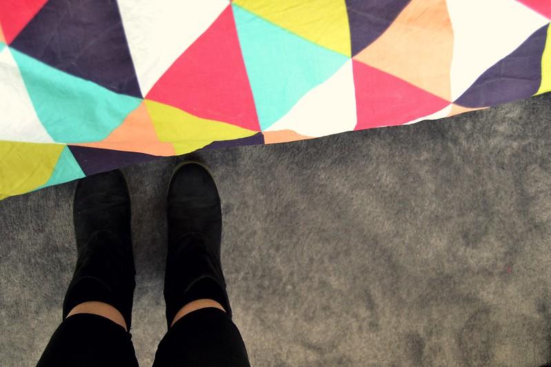 botas en la alfombra