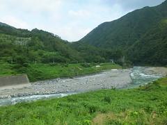 南小谷~糸魚川間は急流・姫川の渓谷沿いを走り、景色が良い反面、自然災害で不通になることもしばしば