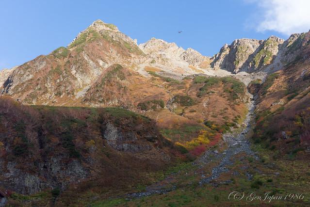 涸沢から見た北穂高岳と救難ヘリコプター