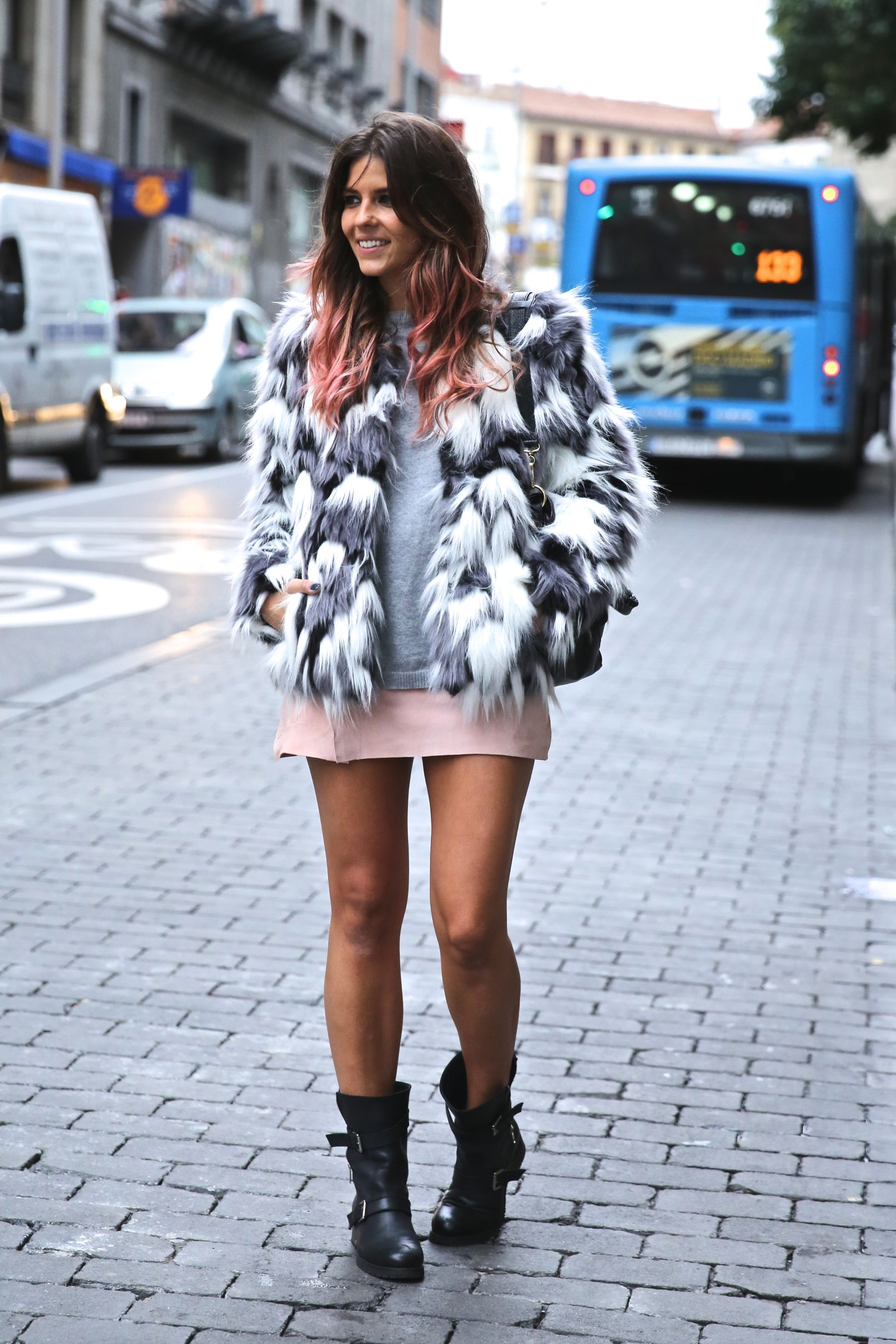 trendy_taste-look-outfit-street_style-ootd-blog-blogger-fashion_spain-moda_españa-falda_rosa-pink_skirt-abrigo_pelo-leather-piel-biker_boots-botas_moteras-rock-ghd-aecc-16