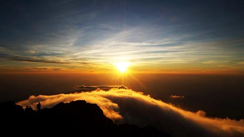 sun mountain nature zeiss sunrise indonesia t landscape hiking sony e alpha gunung sel za lombok f4 1670 6000 oss rinjani volcanoe flickrfriday toinfinityandbeyond variotessar emount variotessarte41670 ilce6000