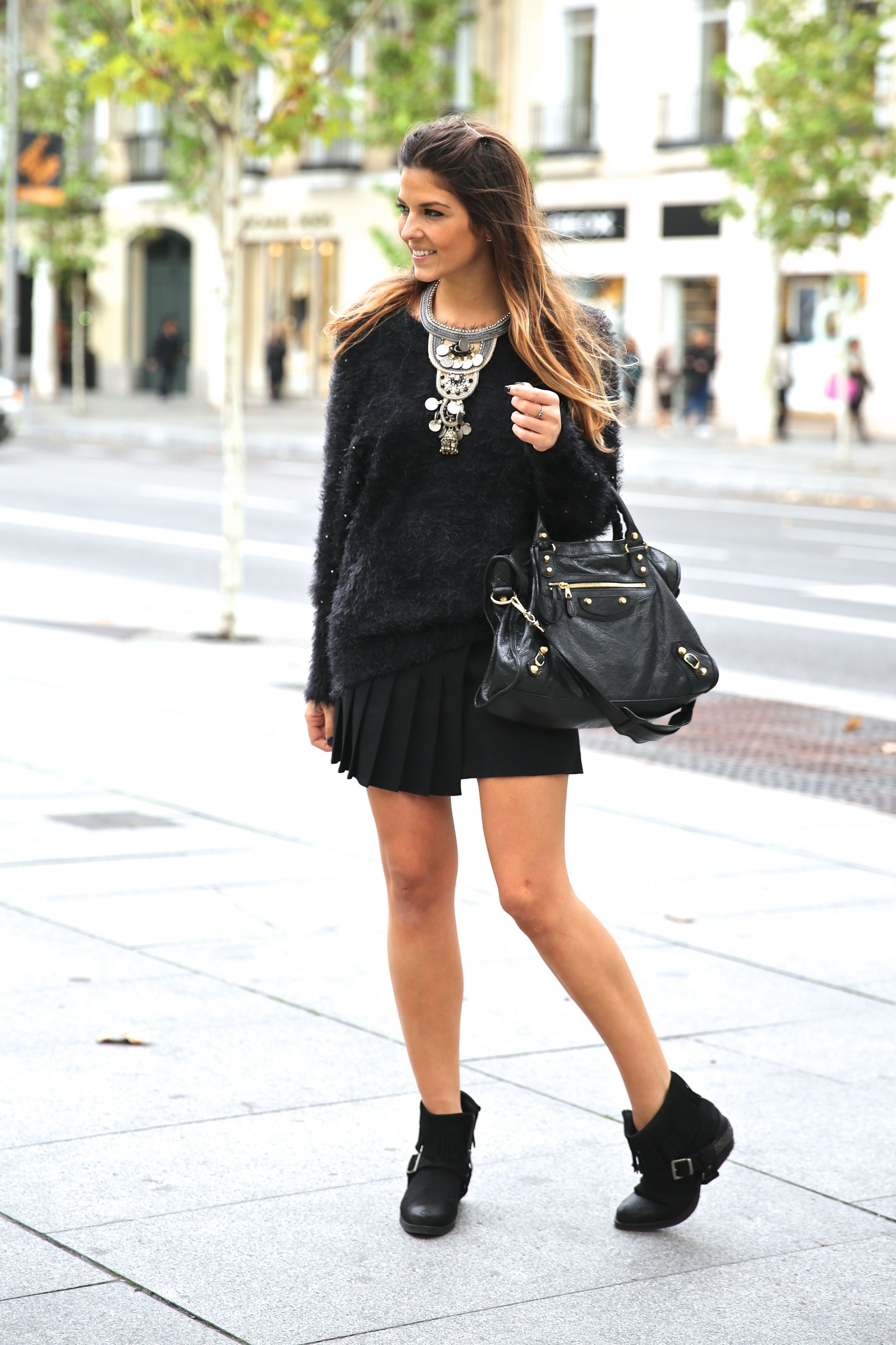 trendy_taste-look-outfit-street_style-ootd-blog-blogger-fashion_spain-moda_españa-balenciaga-city_bag-steve_madden-jersey_pelo-furry_sweater-collar-necklace-skirt-falda_negra-11
