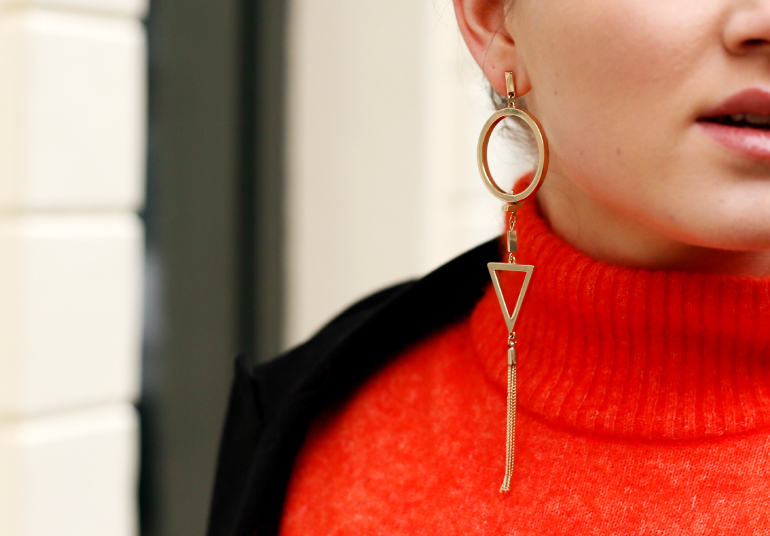 single earring, single statement earring, woolblend turtleneck, h&m studio fall/winter 2014, h&m studio, h&m studio turtleneck, orange turtleneck, zara single earring, black stretch trousers, weekday, weekday shoes, lace-up shoes, margiela at h&m, margiela at h&m blazer, vera camilla, fashion blog, fashion blogger, fashion is a party