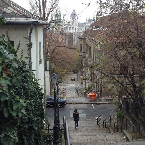 В Будапеште тесновато - город старый, опять же все на воды сьехались. Пришлось поселиться под лестницей! Вот под этой. Живем сложно, спальня так вообще в скале вырублена)))) #будапешт