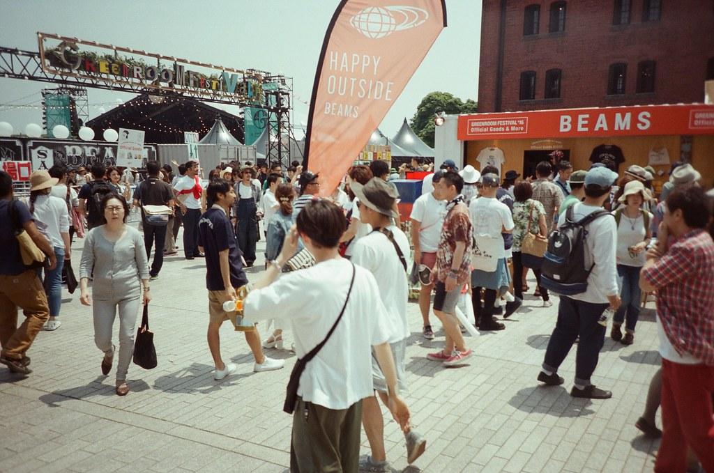 赤倉庫 橫濱 Yokohama, Japan / Fujifilm 500D 8592 / Lomo LC-A+ 橫濱赤倉庫這天剛好有活動,整個廣場都是人。也看到好多人在排隊準備進場,然後手上拿著一杯啤酒。  我只是經過,但也想好好喝一杯。  在赤倉庫的時候我買了一個徽章,本來是想說可能有機會碰面,想要親手拿給妳。  到今天來說,好像也沒有什麼機會了。  繼續往南邊走。  Lomo LC-A+ Fujifilm 500D 8592 7394-0023 2016-05-21 Photo by Toomore