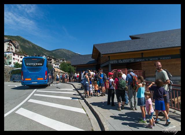 Cola para el autobús en Torla