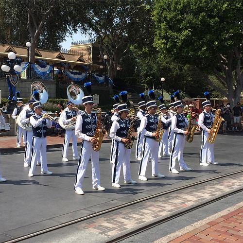Disneyland BandがLive the MagicやWorld of Colorを演奏してた。音楽のあふれるパークはいいね。