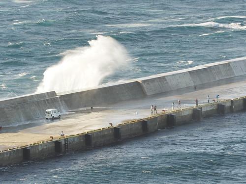桟橋に大波1