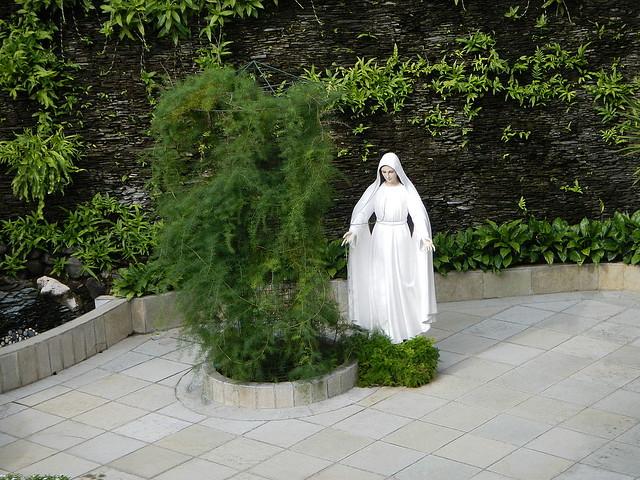 Jardín del Carmelo de Lipa donde se apareció la Virgen en 1948