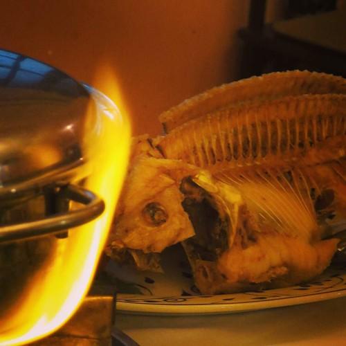 炎を上げる鍋とフュージョン。