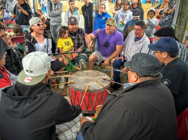 Les Amérindiens chantent autour du tambour chamanique