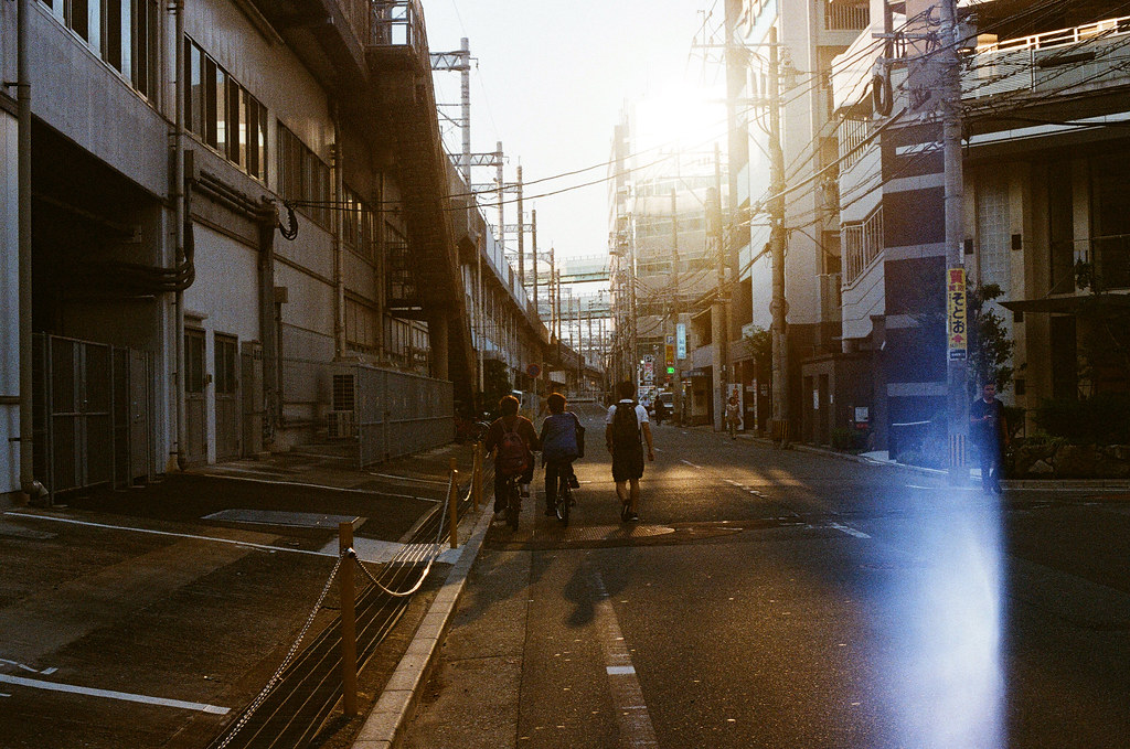 黃昏 博多駅 福岡 Fukuoka 2015/09/03 黃昏,但是相機漏光的問題好像有點嚴重,只是一直找不出那邊有問題。  Nikon FM2 / 50mm Kodak UltraMax ISO400 Photo by Toomore