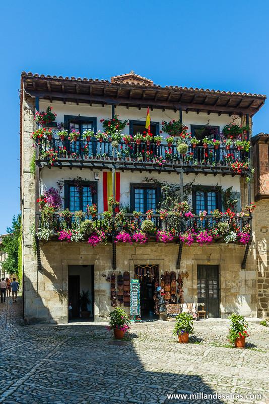Los balcones llenos de flores son constantes en Santillana del Mar