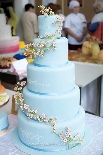 Свадебный торт, украшенный сахарными ветками цветущего миндаля