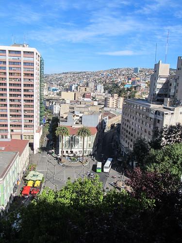 Valparaiso: vue sur la ville basse et les collines depuis le Paseo Atkinson