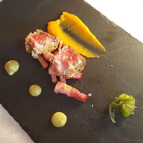 Lomo de atún rojo, boniato, alga y romesco en @elbatan2011