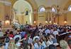 Jugendliche im linken Querschiff der Kirche - hier saßen früher beim Gottesdienst die alten Frauen in schwarzen Trauertrachten.