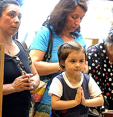 Madre e hija orando
