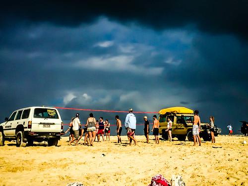 Beachvolleyball vor dunkler Kulisse. Die Regenwand hat uns aber zum Glück knapp verfehlt