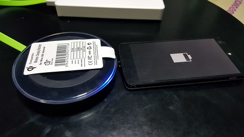 เพราะ Google Nexus 5 มันเป็นดีไซน์พอร์ต Micro USB ไว้กลับด้านกับ Samsung ก็เลยไม่เหมาะกับการใช้งานกับ Wireless charging module นี้