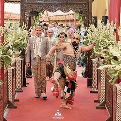 Kirab pengantin 💏 Indonesian Javanese wedding photo for Sulis+Aidil at Banjarmasin Kalimantan Selatan. Wedding photos by @poetrafoto, http://wedding.poetrafoto.com  Follow IG: @poetrafoto for more pre+wedding photos update. Thank you 👍