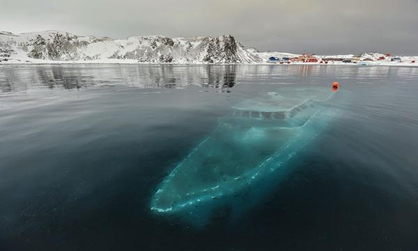 <strong>Con thuyền ma </strong> nằm dưới đáy Châu Nam Cực vốn là một du thuyền ở Brazil. Một ekip người Brazil vốn đến đây để quay phim tư liệu, song gió lớn và bão đã nhấn chìm con thuyền. Thời tiết lạnh giá khiến con thuyền đông cứng lại và đến nay vẫn còn giữ nguyên tình trạng này.