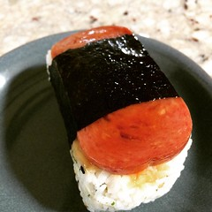 w-a-y too much rice in their spam musubi, not too much flavor too😵 #foodland #spam #musubi #hawaii