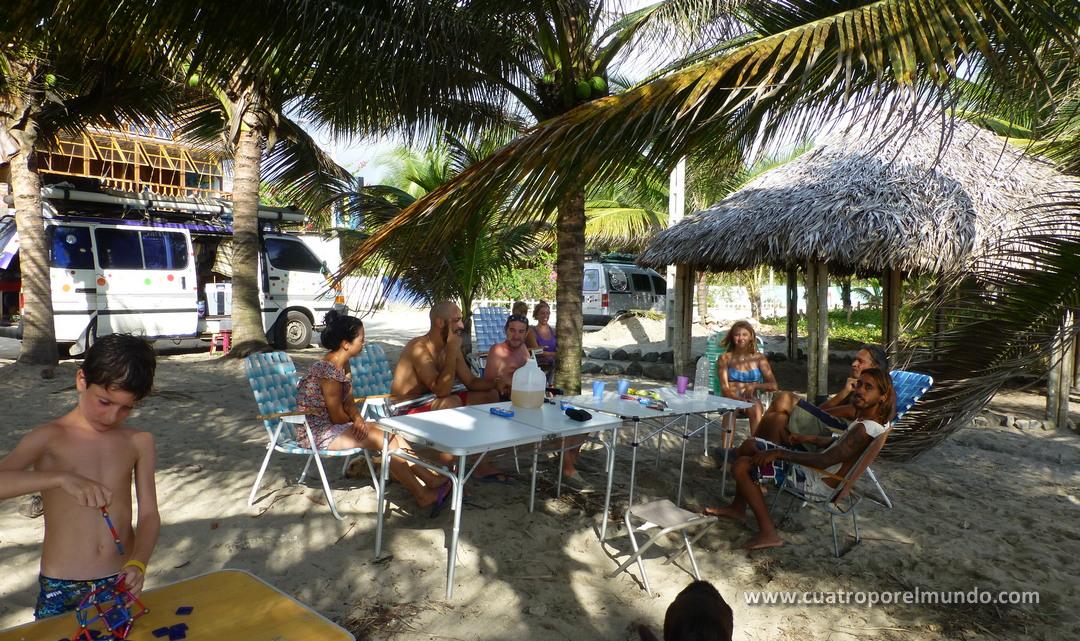 Compartiendo campamento con otros viajeros en Canoa