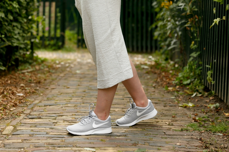 Sneaky, sneakers, nike sneakers, nike runner tanjun, grijze nikes, grijze nike sneakers, nike vanharen, & other stories, maxi rok, maxirok, grijze maxi rok, gele blouse, gele top, zijden top, zijden blouse, fashion is a party, fashion blogger, sneakers onder een rok, arnhem, blauwe eyeliner