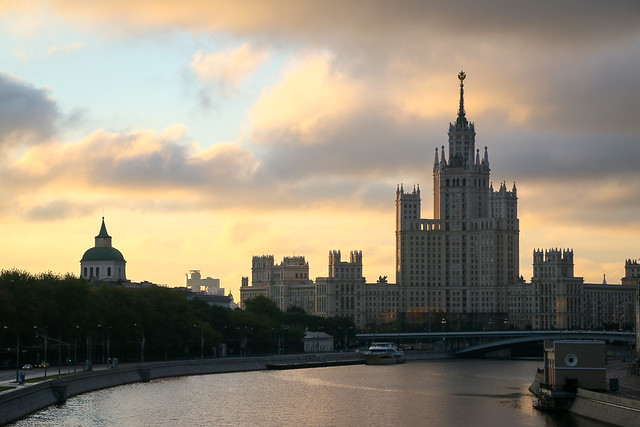 A Stalinist skyscraper at dawn, Moscow, Russia モスクワ、夜明けのスターリン様式建築「芸術家アパート」