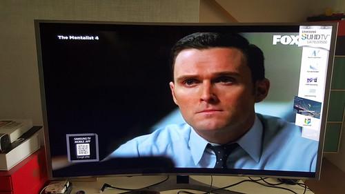 ดูทีวีระดับ SD ก็ยังชัดดี เพราะเทคโนโลยี Upscaling (แถบขวามือคือโฆษณาของทีวี เพราะนี่คือเครื่องสาธิต)