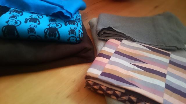 Diverse Sweatstoffe zum Nähen von gemütlichen Hoodies.