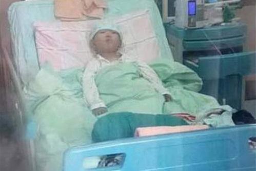 Cậu bé Sihan phải điều trị vì bệnh rối loạn máu từ nhỏ