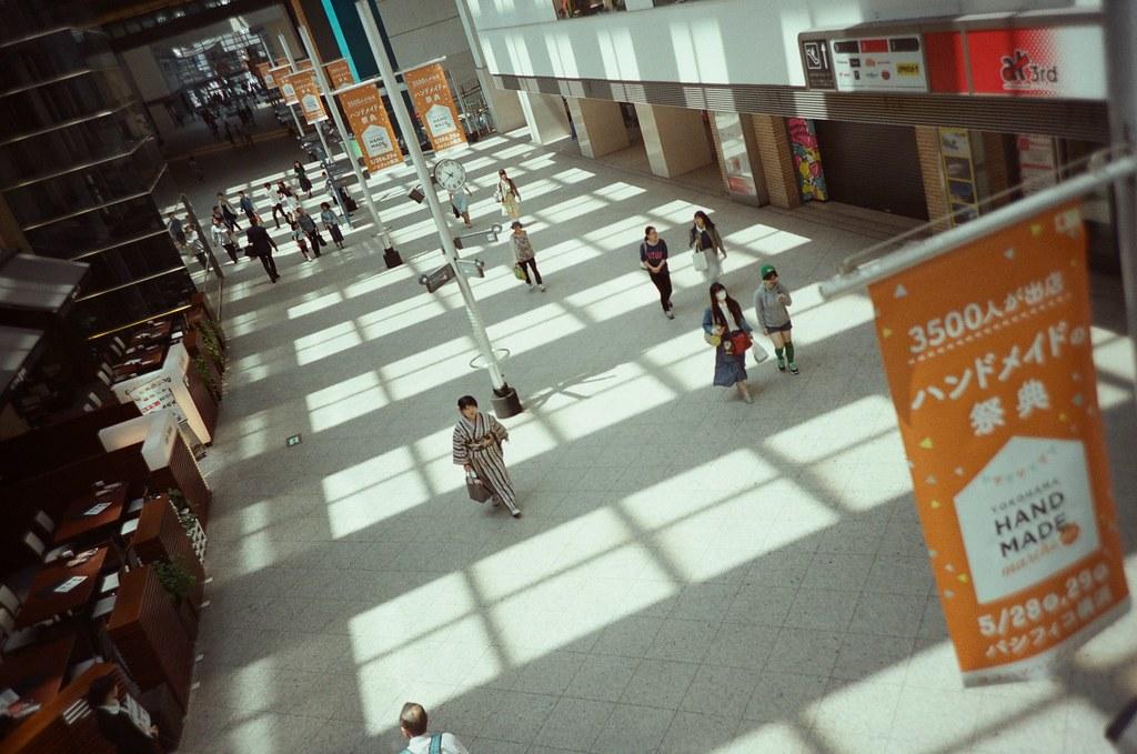 Queen's Square 橫濱 Yokohama, Japan / Fujifilm 500D 8592 / Lomo LC-A+ Queen's Square 這裡似乎變成往來兩側通道,還有穿著浴衣的人經過。但我想不起來那時候五月有什麼活動。  花火祭嗎?五月就開始了嗎?  Lomo LC-A+ Fujifilm 500D 8592 7394-0017 2016-05-21 Photo by Toomore