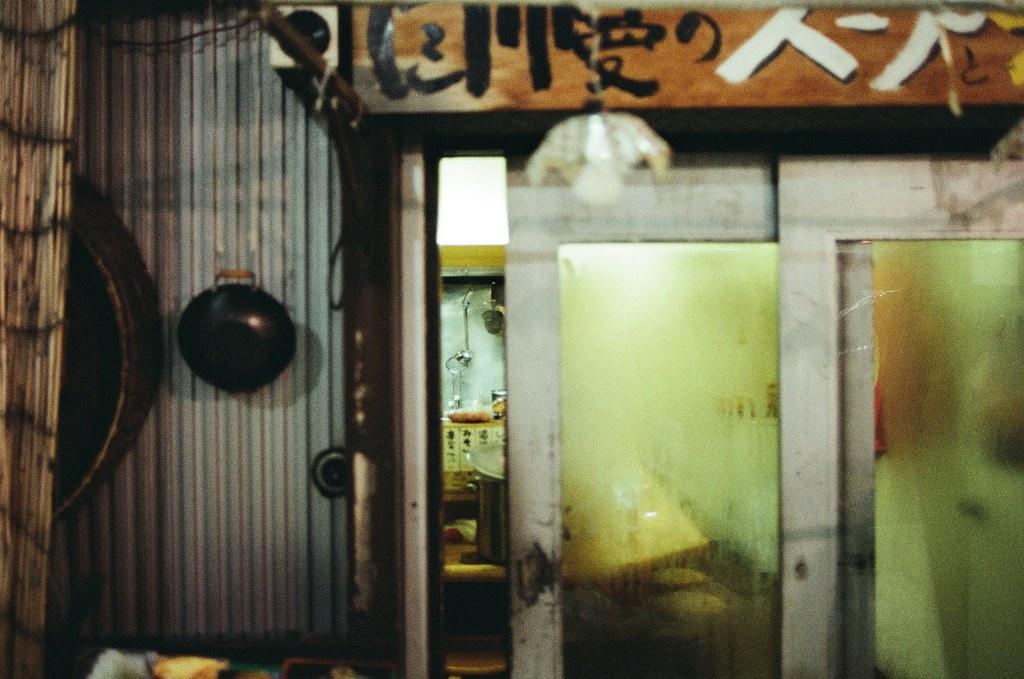 札幌 Sapporo, Japan / Kodak ColorPlus / Nikon FM2 從一間店的門縫偷偷注意,但是等了一陣子都沒有人路過。  大廚的身影,或是客人用餐完畢結帳的身影。  但就這樣空空的也可以。  Nikon FM2 Nikon AI AF Nikkor 35mm F/2D Kodak ColorPlus ISO200 8268-0014 2016/02/02 Photo by Toomore