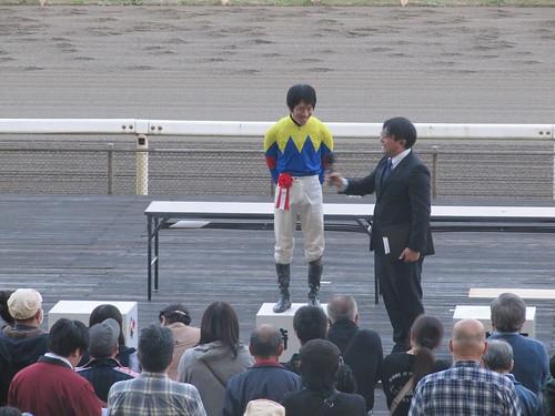 金沢競馬場のステージ上での騎手インタビュー