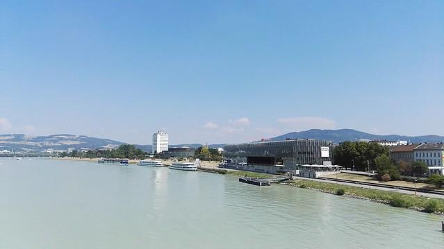 Die Donau mit dem Kunstmuseum Lentos sowie dem Brucknerhaus