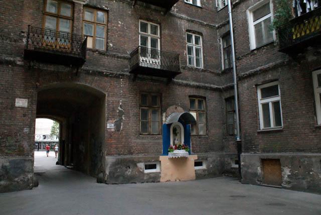 Statue dans une cour près du plac Trzech Krzyzy à Varsovie