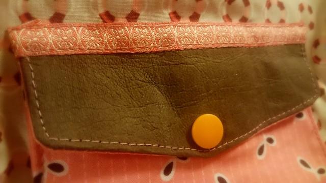 HipBag Detail: Aufgesetzte Tasche aus SnapPap in braun.
