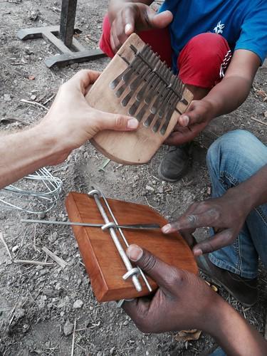 Valmista ja keskeneräistä mbira-sormipianoa vertaillaan rakennustyöpajalla Maputossa.