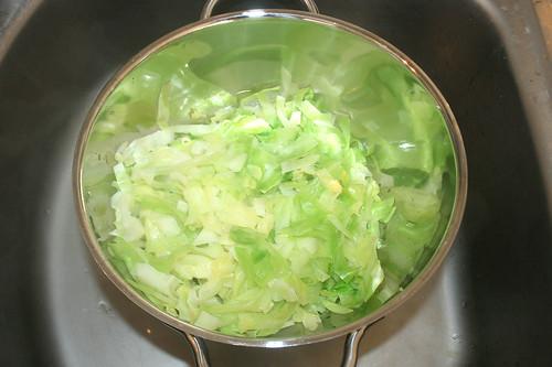23 - Spitzkohl abtropfen lassen / Drain pointed cabbage