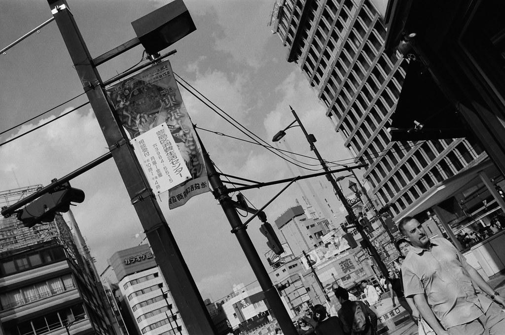 池袋 東京 Tokyo 2015/10/04 這張也有夠隨意,應該是要拍電線桿上的標語。好像那時候太陽光很強的打在上面,想說拍一張看看會是怎樣在黑白底片呈現。  Nikon FM2 Nikon AI AF Nikkor 35mm F/2D Kodak TRI-X 400 / 400TX 1274-0022 Photo by Toomore