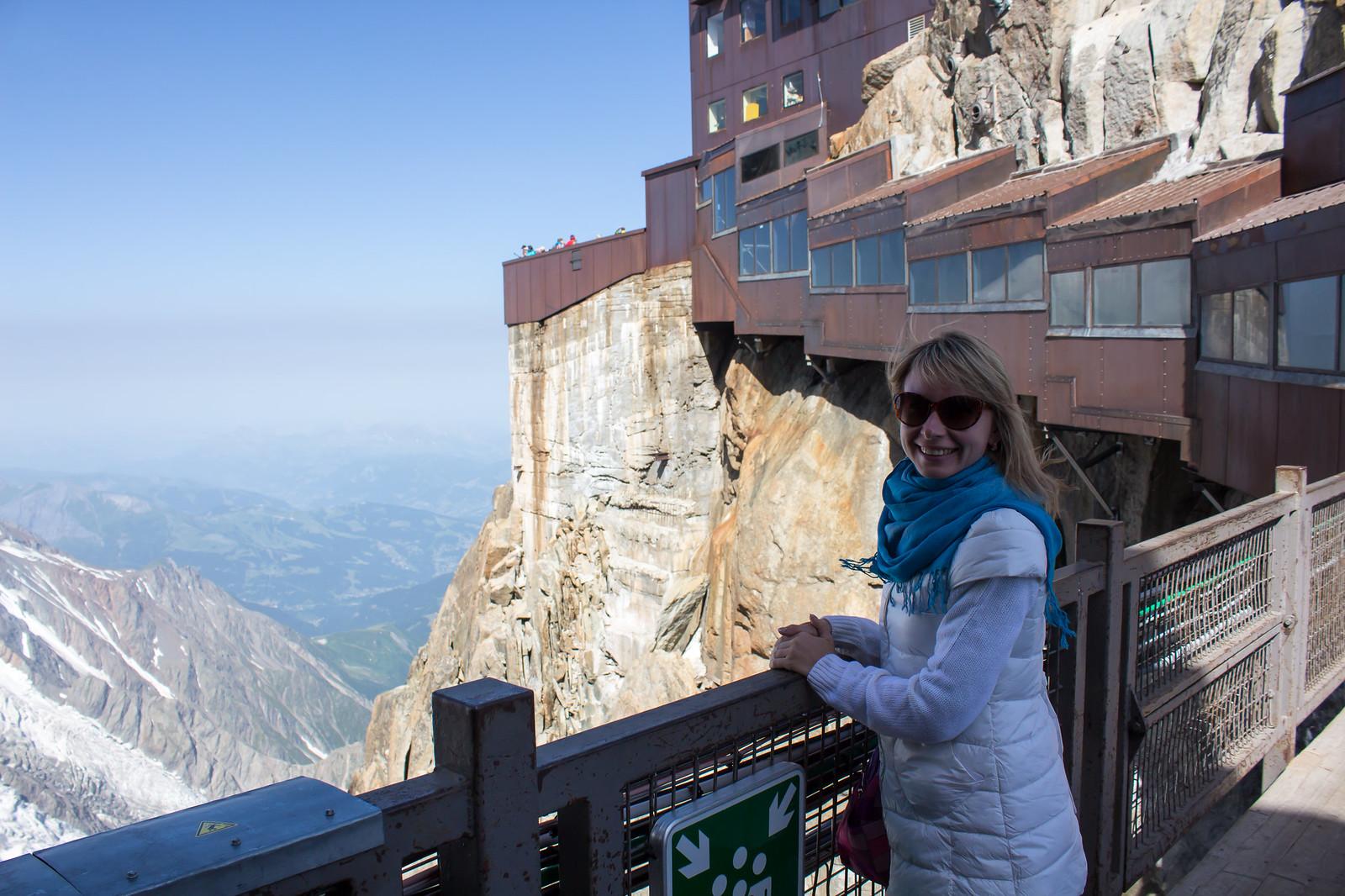 Шамони Мон-Блан - Мы были там 4 июля - в разгар лета. Внизу было +30 и мы изнывали от жары. Но на высоте 3778 метров уже -5 и ветер. Станция круглогодичная, для чего везде построены такие закрытые галереи
