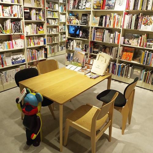 アート系の大きな書籍を見ることもできる、テーブルと椅子のあるスペース。#hmvbooks